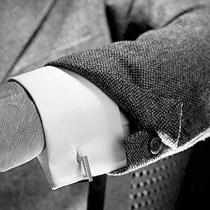 只有使用了袖扣,袖口才有必要露出西服