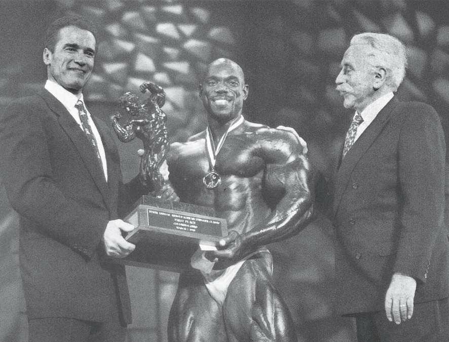 在阿诺德传统赛上,乔·韦德和我给弗莱克斯·惠勒颁发奖品。
