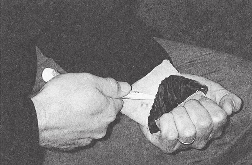 雷·瑞克曼在示范使用鹿角尖加压剥离的技巧