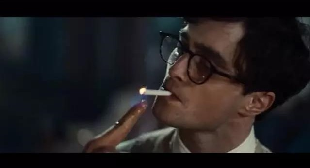 汽油食指点烟式,好孩子千万不要模仿!