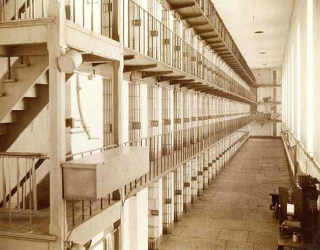 一排排单人囚室,这是地球上最孤单的地方。