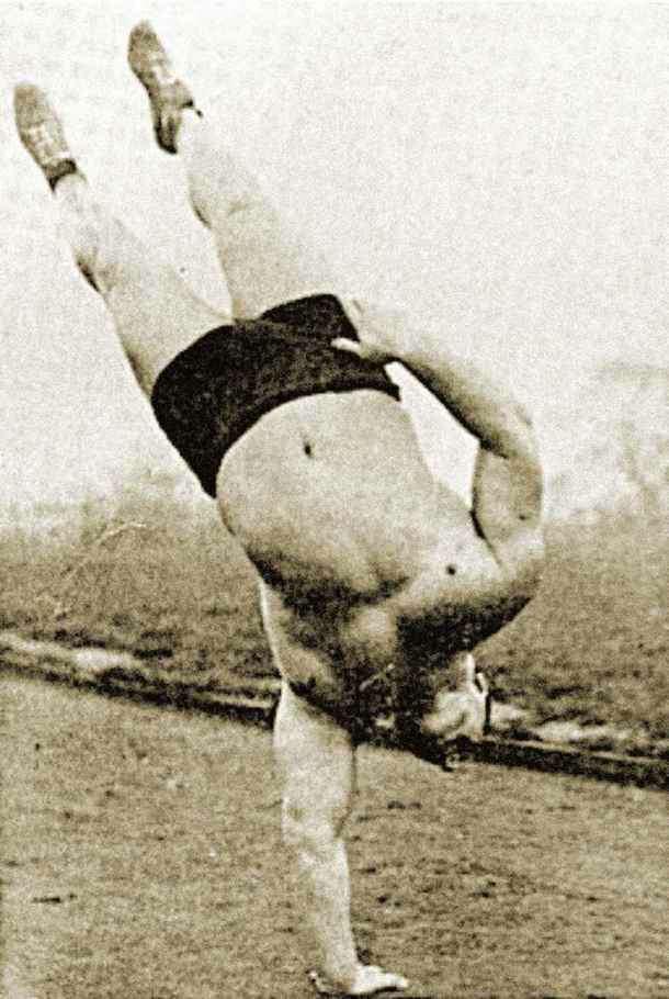 """在人们主要通过""""老派""""体操增强身体力量的年代,不存在""""肌肉僵硬""""的大块头。这两张照片,分别是伯特·阿瑟拉缇和道格·赫本的倒立撑表演。"""
