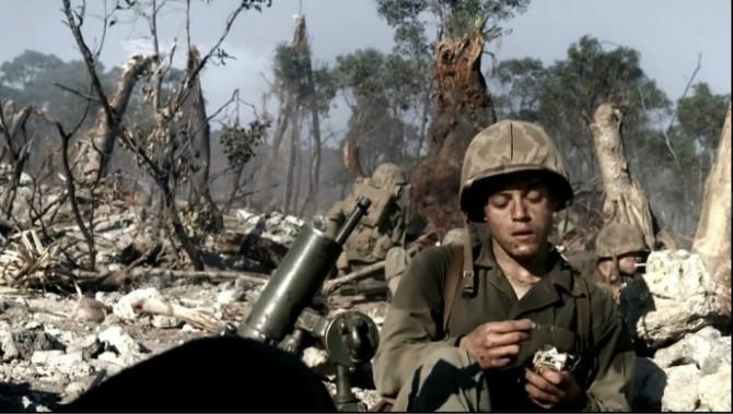 《太平洋》,陆战队员在享受战斗结束后的轻松时刻