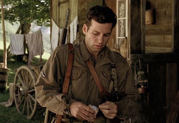 《兄弟连》,韦伯二等兵的香烟改成了骆驼牌