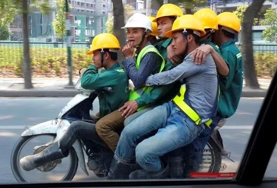 越南街头超载摩托