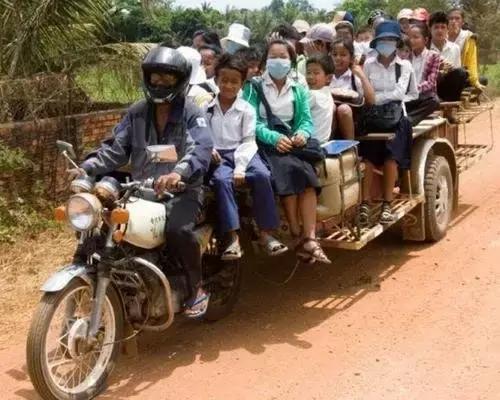 越南街头开挂超载摩托